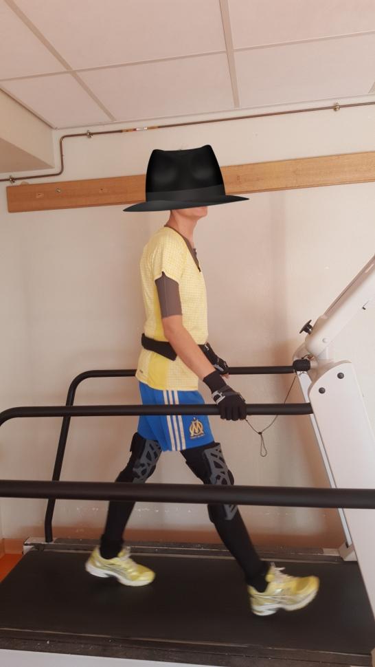 Tapis de marche avec vêtements SED et orthèses